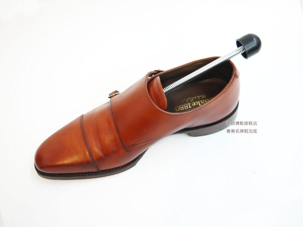 鞋撐的最大功用,就是讓鞋子不易變形,鞋子不像服裝一樣,服裝皺了可以透過燙整來處理,而鞋子是皮革製作,人體走動的過程中又是3D動態+力學,所以皮革上必定有凹折,凹折久了,就會變形,變形後就容易破裂。
