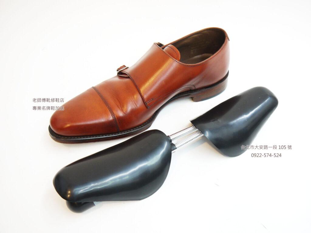 為什麼別人的名牌鞋,穿了5年,依然像剛買的一樣,而我的鞋子卻是歷經風霜,殘破不堪,其中一個關鍵就在有沒有使用鞋撐。 為什麼要使用鞋撐?使用鞋撐有什麼好處?不是塞報紙就好了嗎?首先,報紙上面有油墨,油墨會髒汙鞋子的內裡還有你的手,好比賣衣服的襯紙,就不會使用報紙。 一般的白報紙,雖沒有油墨的問題,但是支撐力不夠,是無法應付日常保存真皮鞋子的需求,最好是使用無酸紙(保存文物古蹟的那種),但是不論是白報紙或是無酸紙,仍無法取代鞋撐的必須性,好似陽光空氣水缺一不可,白報紙(或無酸紙)陽光,鞋撐則是空氣,水則是鞋子的保養品,但白報紙仍是保持鞋子的一種方式,未來再專文介紹關於白報紙的使用方式。 鞋撐的最大功用,就是讓鞋子不易變形,鞋子不像服裝一樣,服裝皺了可以透過燙整來處理,而鞋子是皮革製作,人體走動的過程中又是3D動態+力學,所以皮革上必定有凹折,凹折久了,就會變形,變形後就容易破裂。 鞋撐就是牙齒矯正的隱視美,每次穿鞋完後,在鞋子仍有溫度的時候,將鞋撐放入,第一個可以讓鞋子因為穿著姿勢產生的變形問題,先把型狀固定回來,二則是加快因為穿著所產生的腳汗,可以比較快速揮散,讓鞋子可以好好的休息。 鞋撐如何選擇,小編這邊建議,就買一般普通的塑膠彈簧鞋撐及可,第一個不會有楦頭不符合的問題,成本低,所以每一雙鞋子都可以使用。 這邊為什麼不推薦木頭鞋撐,例如高級訂製鞋John Lobb或是Berluti這類的高端紳士鞋品牌,在原廠的時候就會搭配同楦頭的鞋撐,或是可以付費購買同搭配同款鞋子所製造出的鞋撐,這類鞋撐是跟鞋子原本的楦頭吻合,是最棒最佳的選擇,木頭鞋撐的支撐性的確是最佳的。 但是如果購買一般外面販售的木頭鞋撐,因為大量生產,不是為了每家品牌的鞋子楦頭所製造,反而會因為楦頭大小不同,撐壞了您原本的鞋子。 塑膠鞋撐彈性雖然沒有木頭鞋撐來的強力,但幾百元就有一副,不似木頭鞋撐動輒上千元,不論是實用度與CP值,都比非原廠的木頭鞋撐效果好上萬倍,且不傷鞋子。 鞋撐如何使用,請參考我們下列的步驟說明,穿完鞋子後立刻使用鞋撐,讓您的鞋子常保如新。